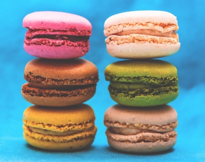 6 stacked bright and delicious macaroons.